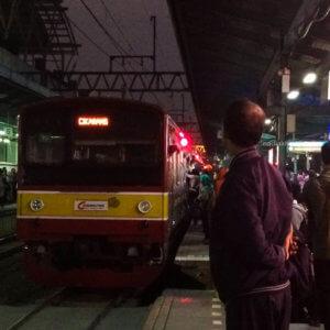 Kereta Cikarang di peron jalur 4 Stasiun Manggarai